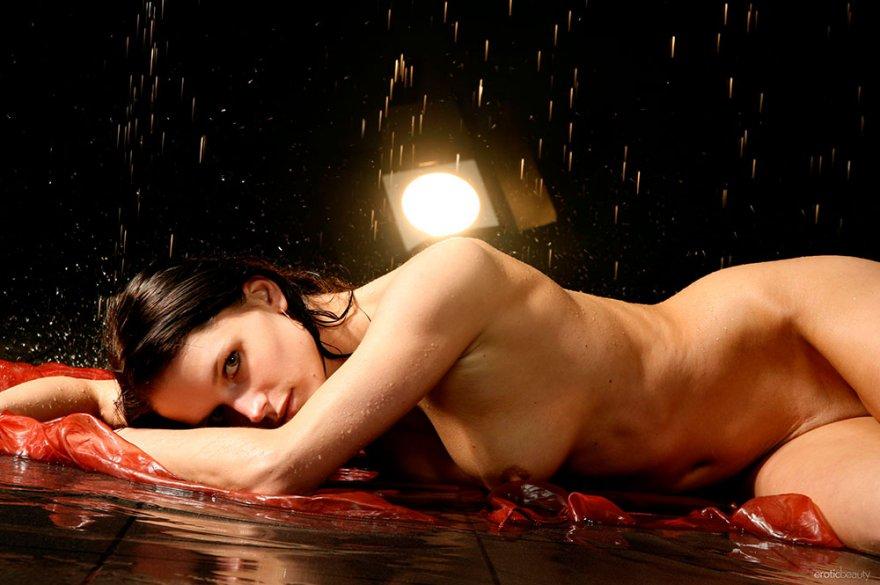 Эротические фото мокрой брюнетки с красивой грудью