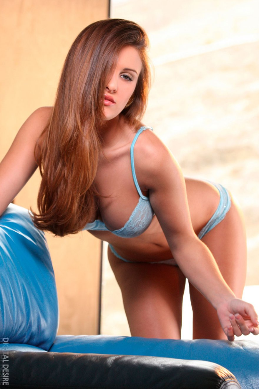 Шатенка с красивой попой в голубом белье