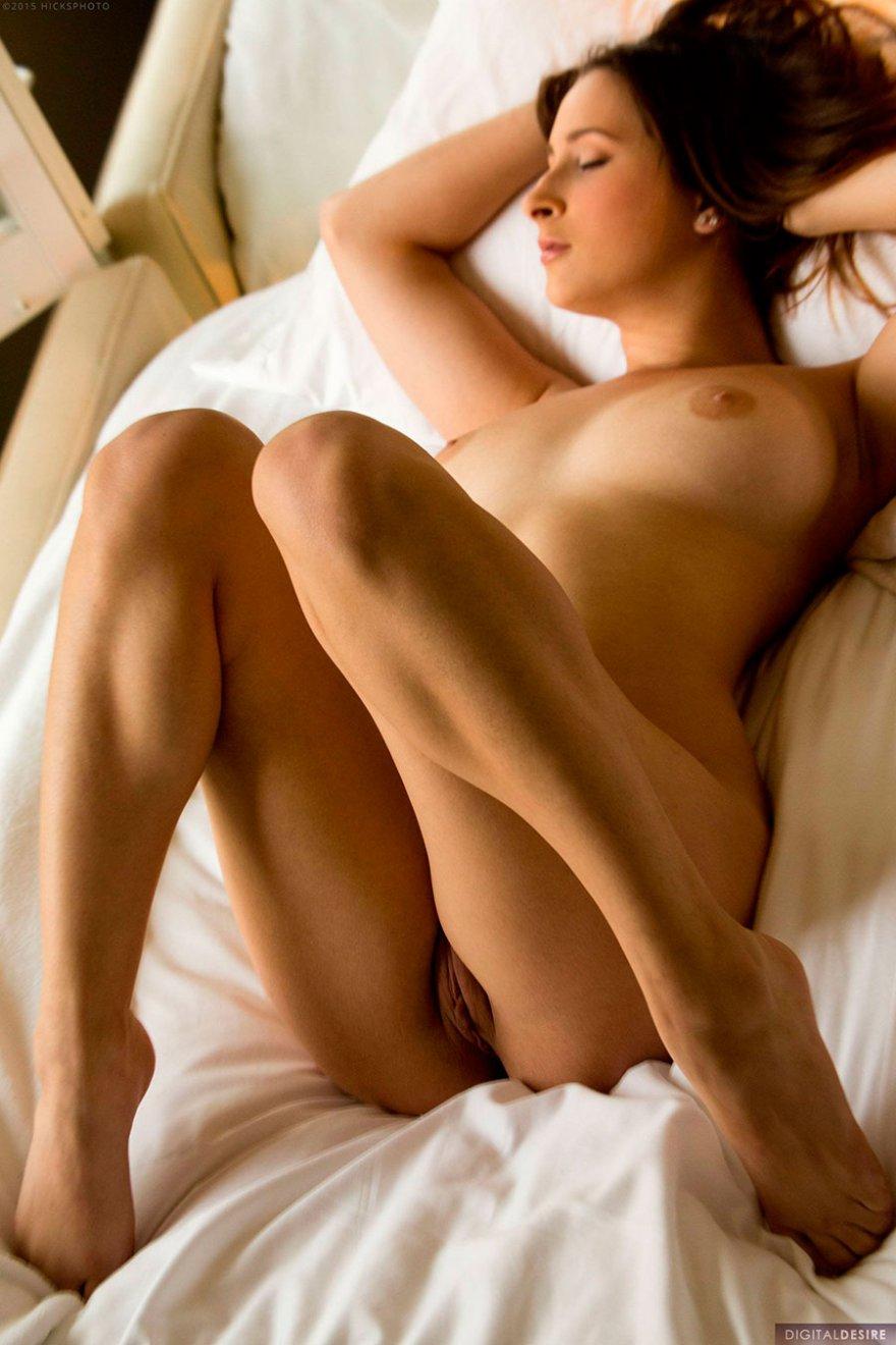 Рыжая с красивыми сиськами делает селфи в постели
