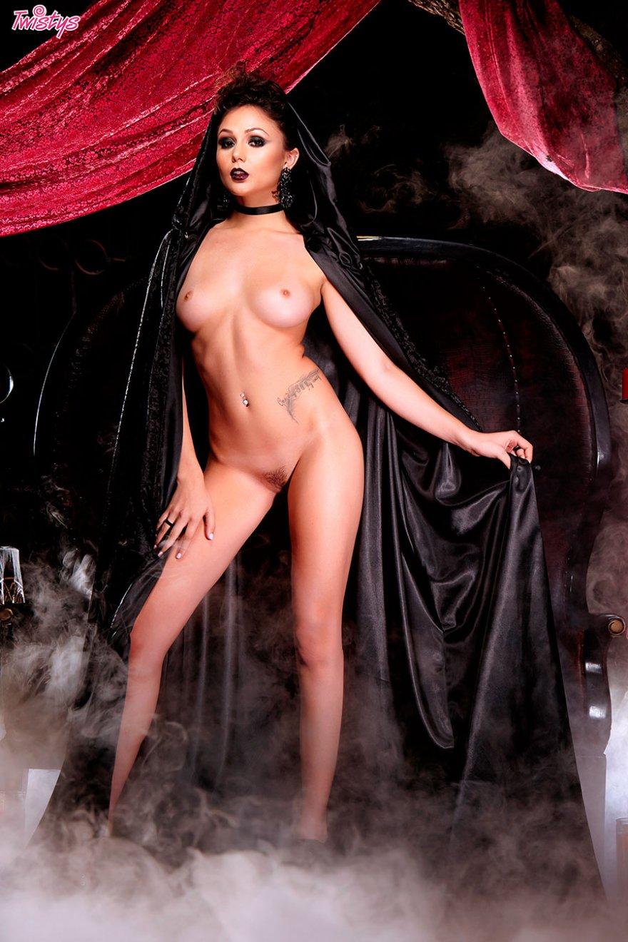 Шикарная клубничка эротичной ведьмы в соблазнительным наряде