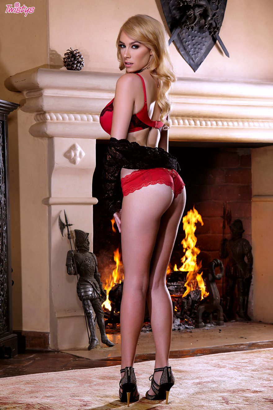 Возбуждающие картинки блондиночки в красном белье около камина