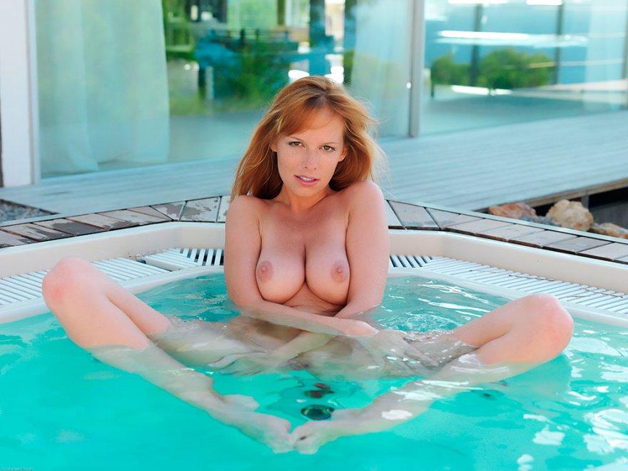 Красивая эротика стройной модели в большой ванне-джакузи