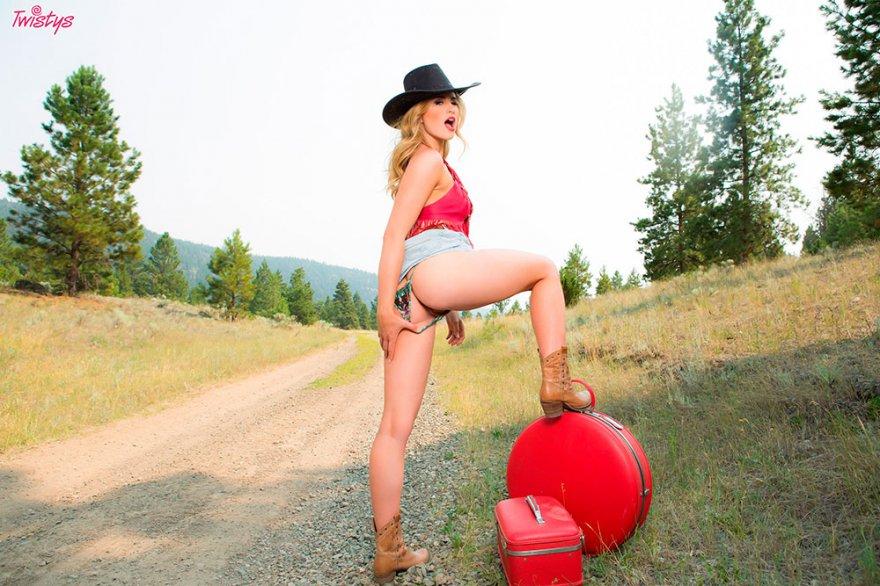 Блондиночка в ковбойской шляпе обнажается на обочине дороги