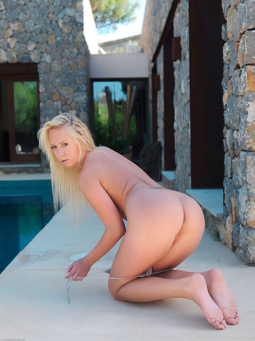 Эротика сексуальной блондинки в голубом купальнике