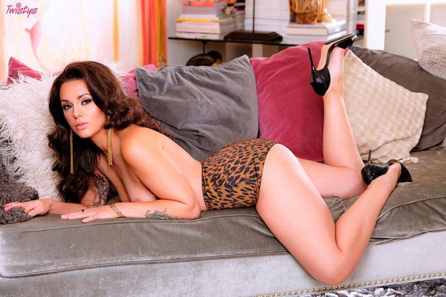 Хорошенькая темненькая девушка в леопардовом белье