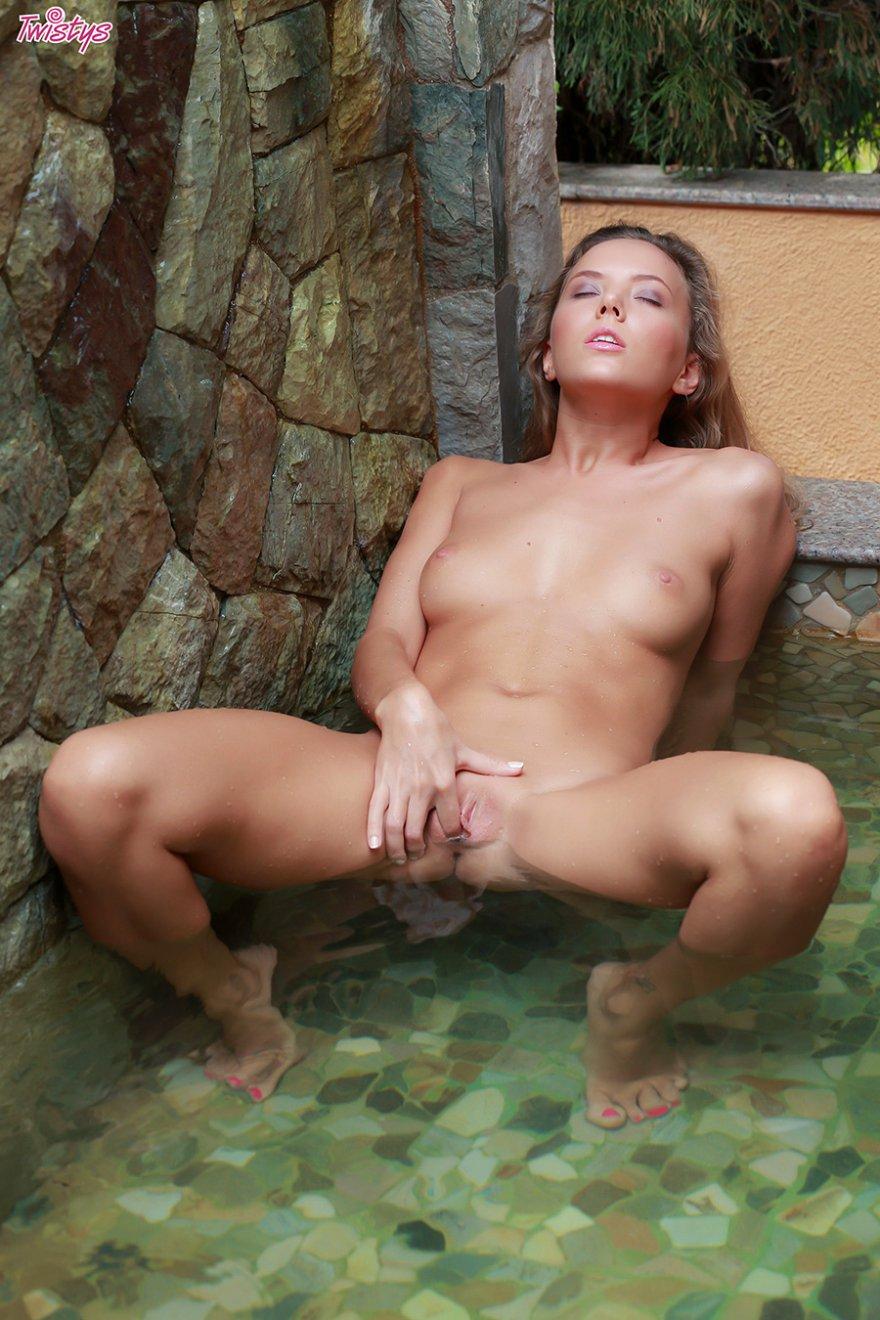 Изящная блондинка в ажурном купальнике