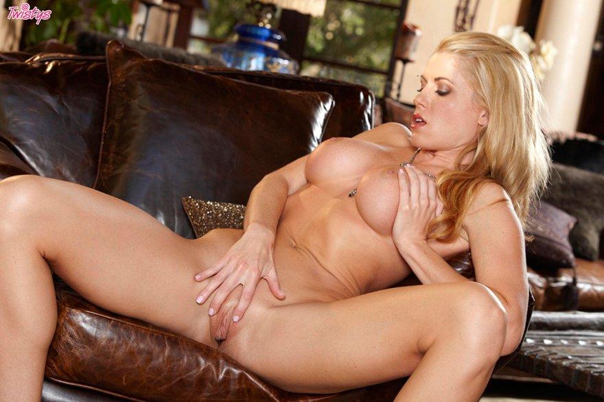 Роскошная блондиночка в розовом белье