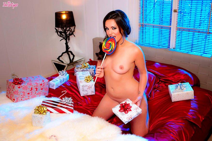 Новогодняя порнуха сексуальной брюнеточки с подарками