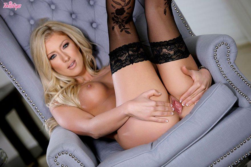 Привлекательные эро фотки блондинки в корсете и носках