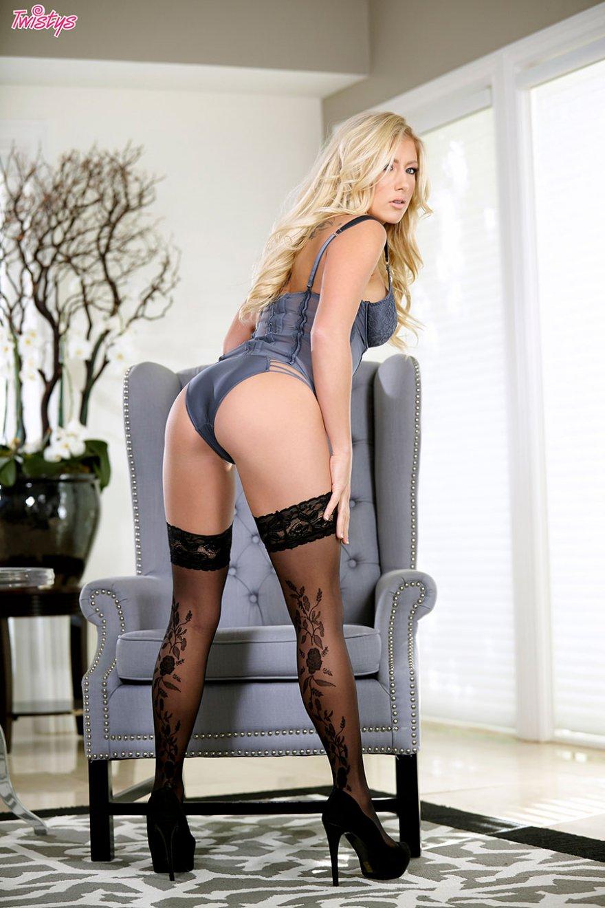 Блондинка в чулках и корсете фото 474-756