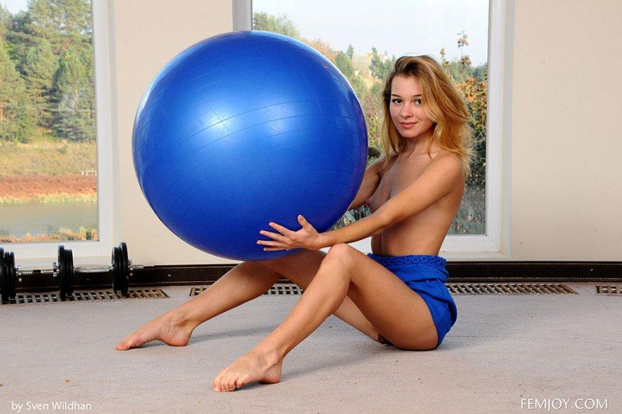 Подтянутая светловолосая девушка с маленькой грудью на громадном голубом шаре секс фото