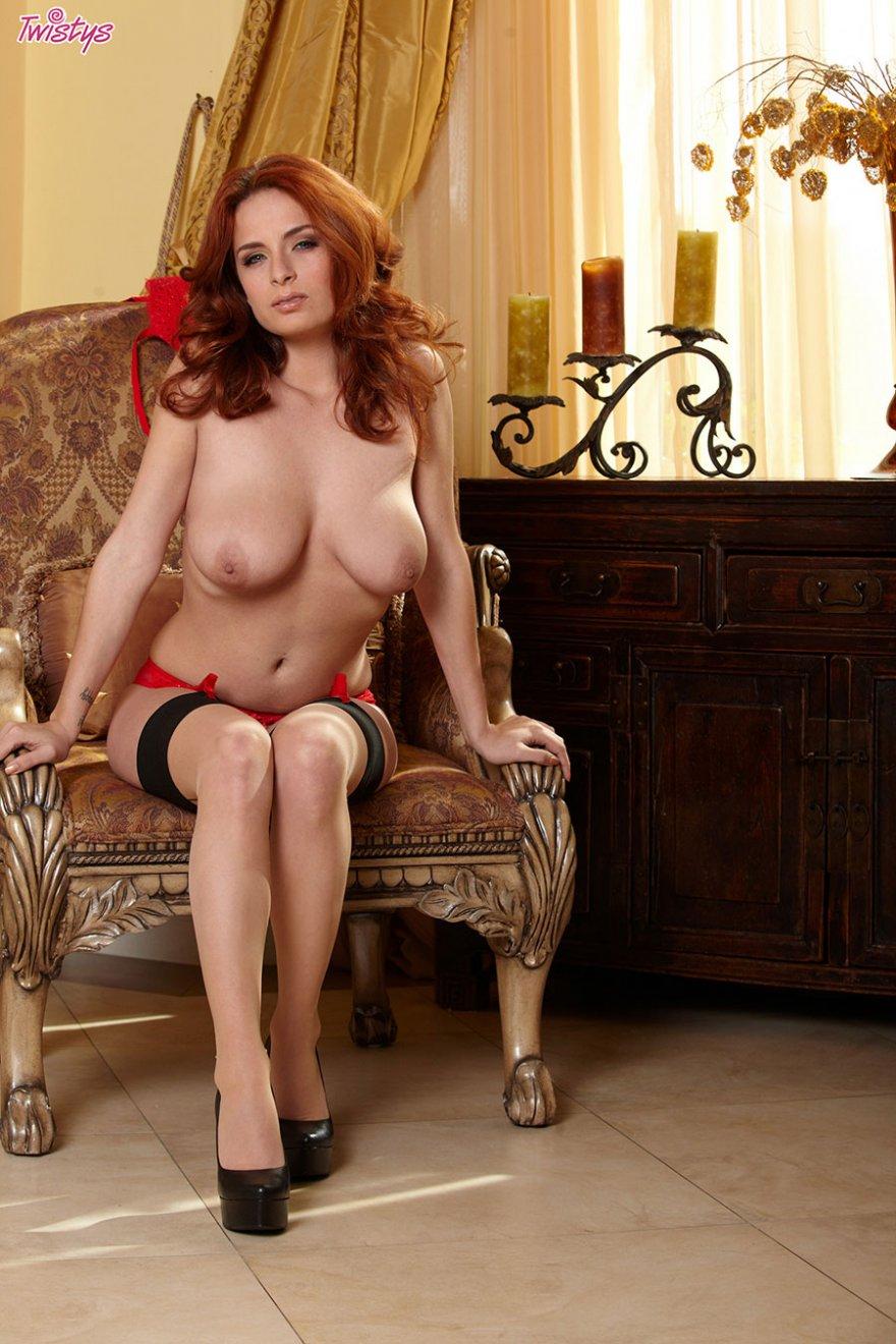Рыжая фоткается в гетрах и без нижнего белья
