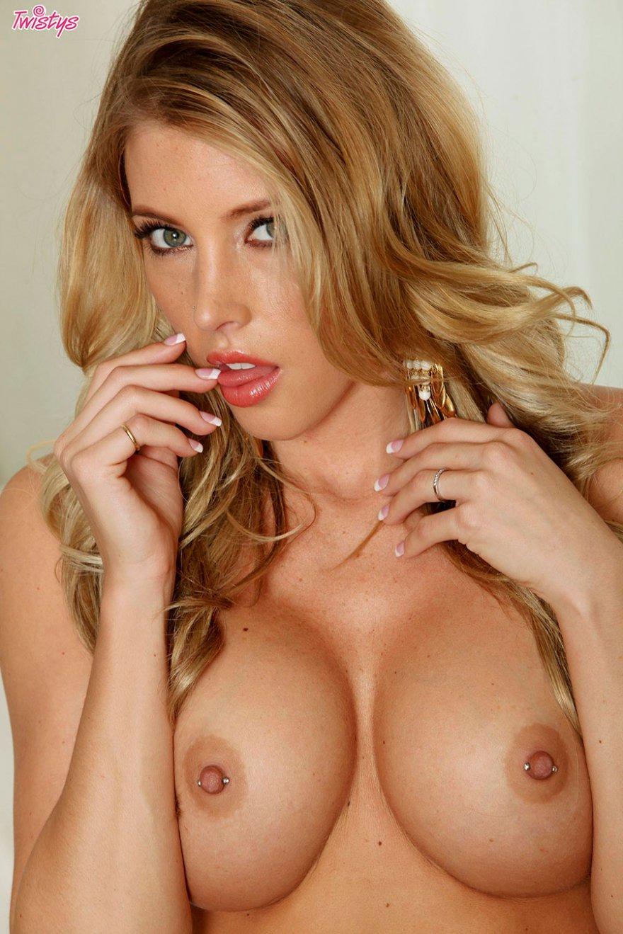 Игривая порнография блондиночки в белоснежном кружевном боди