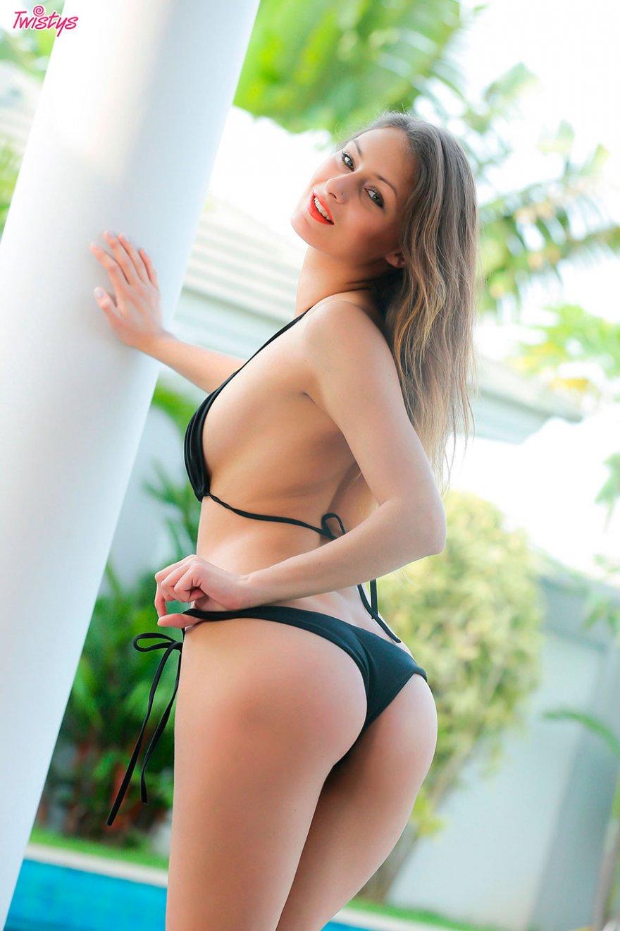 Стройная девушка в черном купальнике