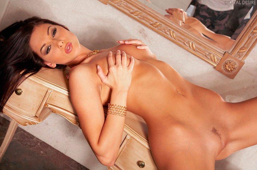Чувственная эротика брюнетки с маленькой грудью