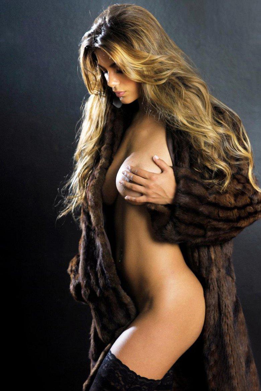 Голая блондинка в шубе и чулках