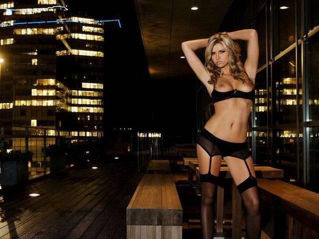 Классная блондиночка в носках секс фото