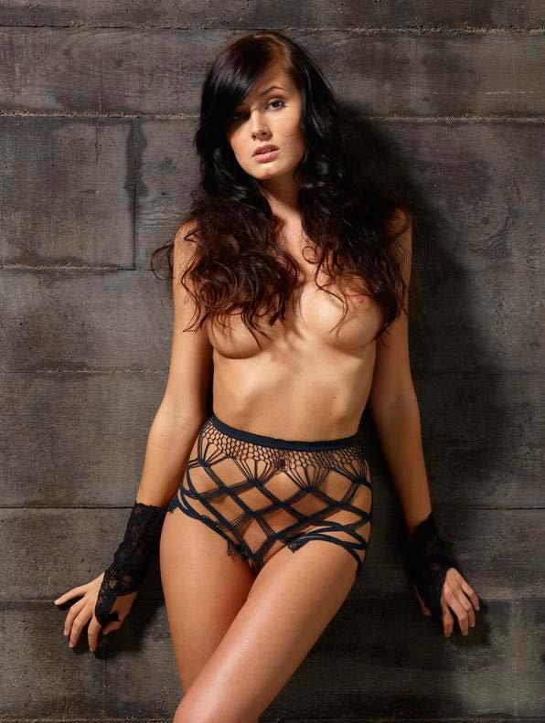 Модель с темными волосами в возбуждающем наряде