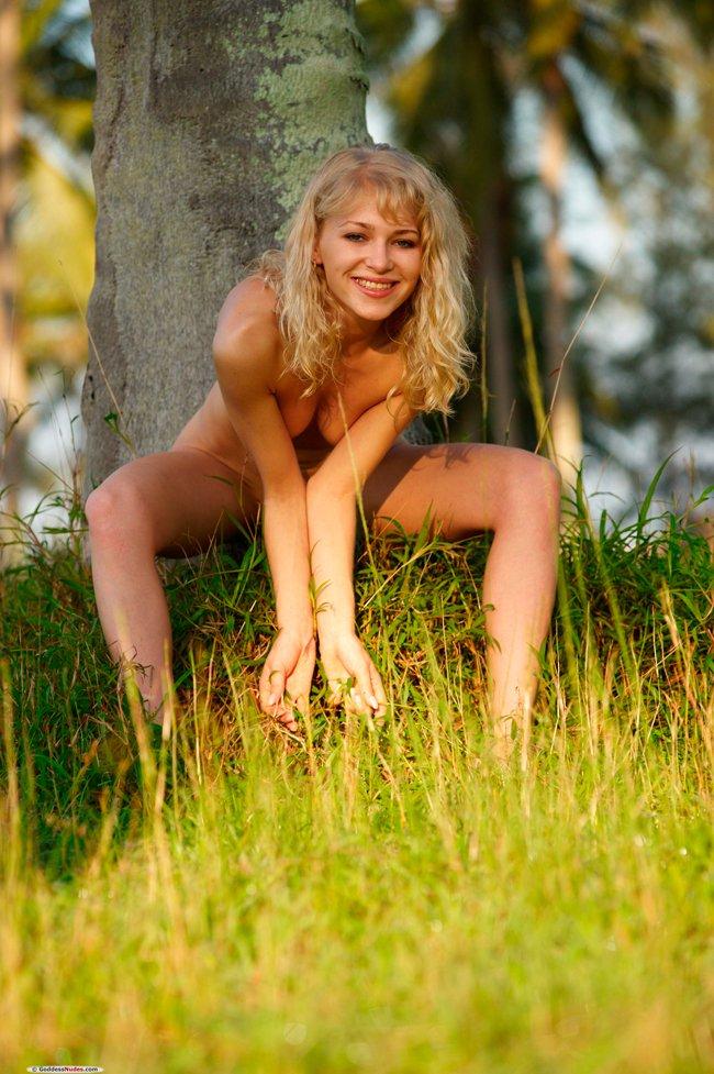 Голая блондинка под пальмами