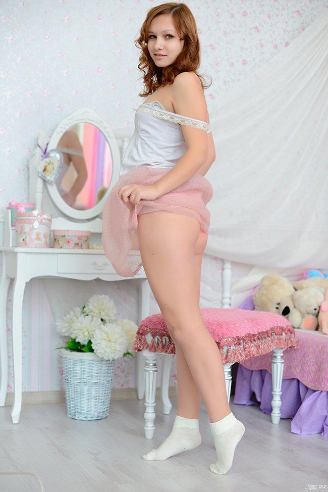 Молоденькая барышня на кроватке секс фото