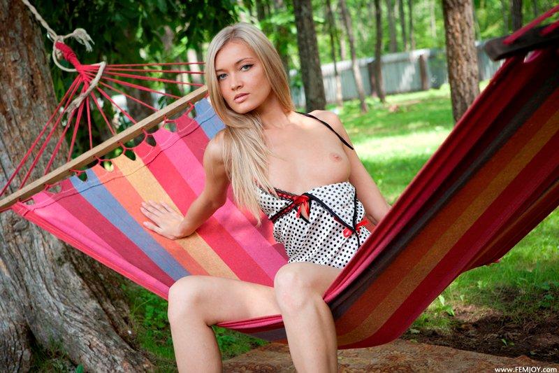 Блондинка в гамаке