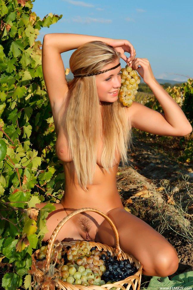 Голая светлая модель с виноградом смотреть эротику