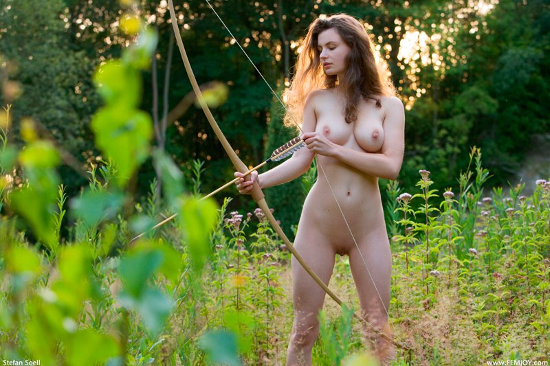 Порно девушка на охоте