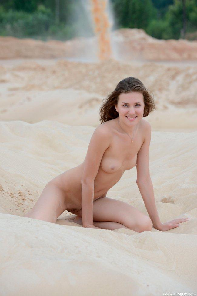 Голая шлюха на белом песке