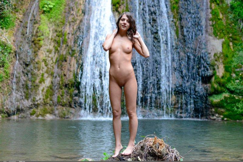 девушка под водопадом порно