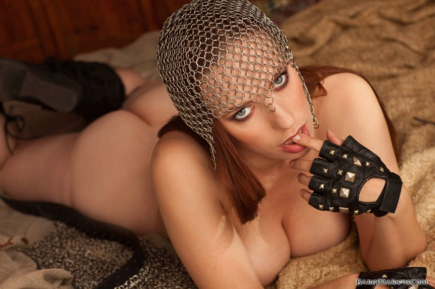 Женщина в кольчуге ню фото