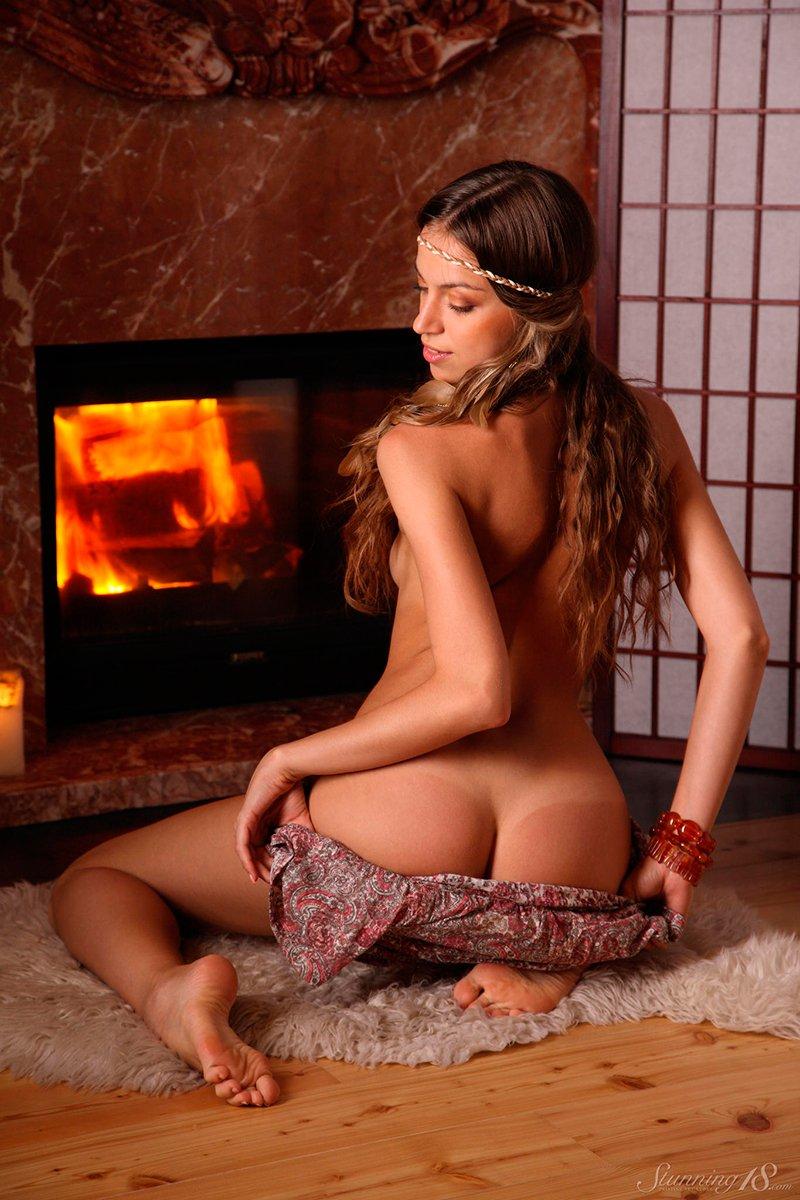 Интересная Голая Девушка Получает Удовольствие У Камина Сидя На Попке