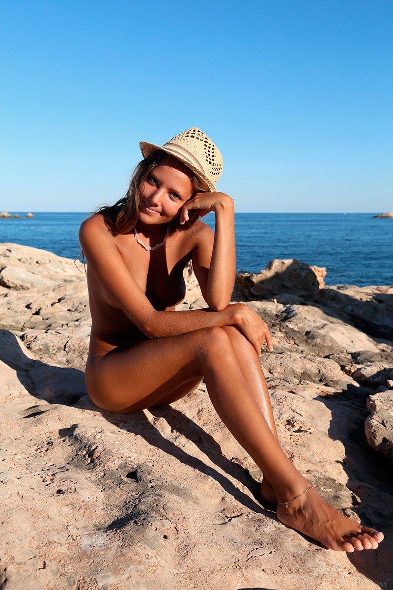 Смуглая светлая порно звезда в шляпе бахвалится на берегу моря