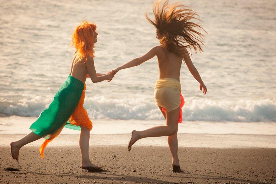 Молоденькие девушки резвятся на берегу моря