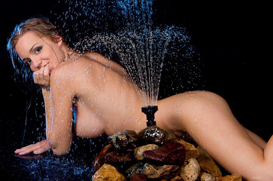 Мокрая девица снимается на камеру