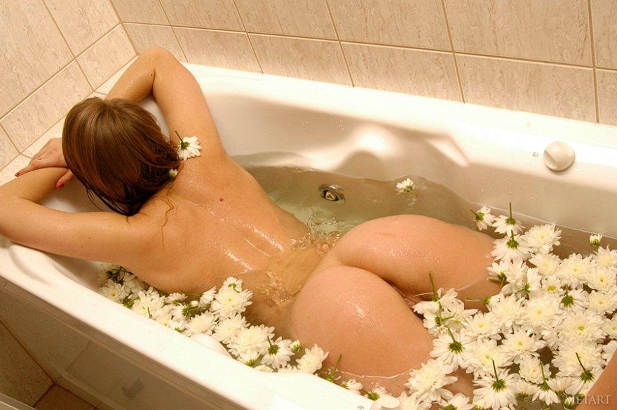 Фото голой девушки в белых цветах
