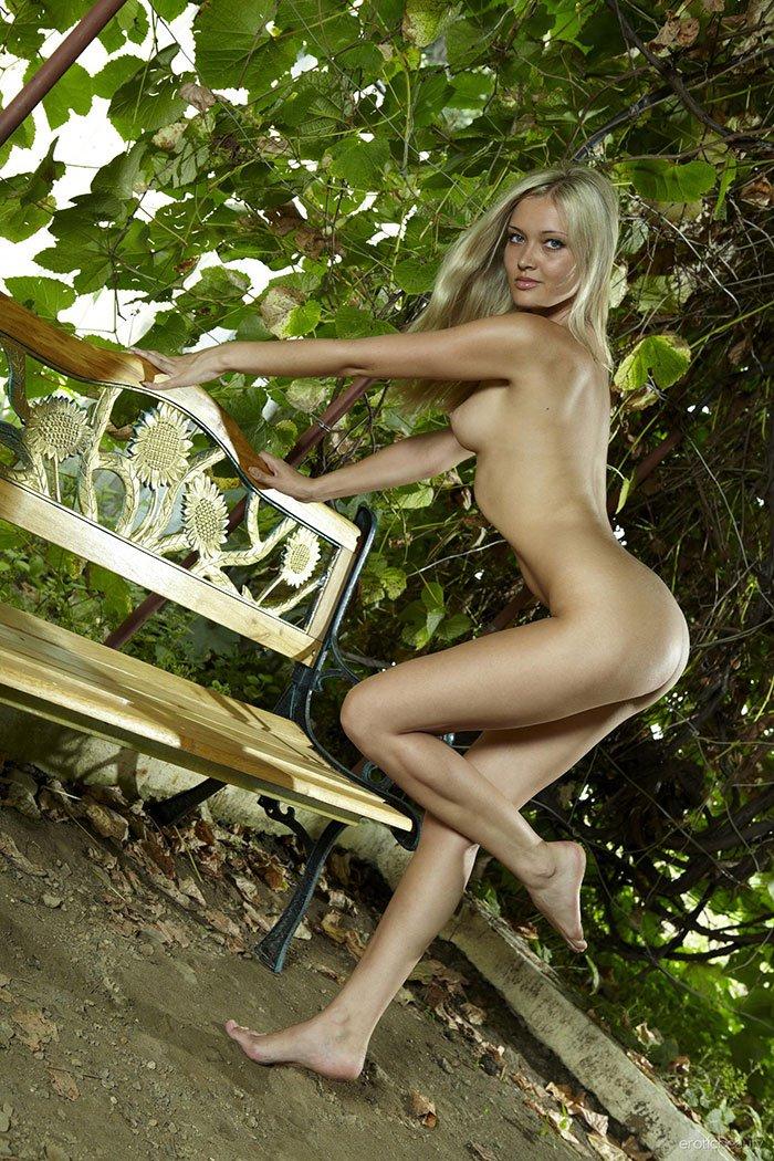 Ухоженная блондинка на скамейке