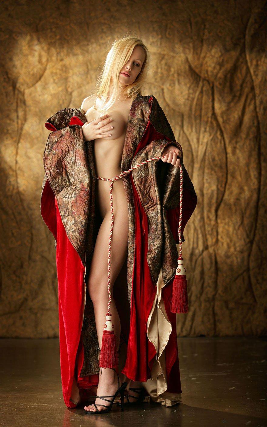 Голая блондинка в алом бархатном плаще