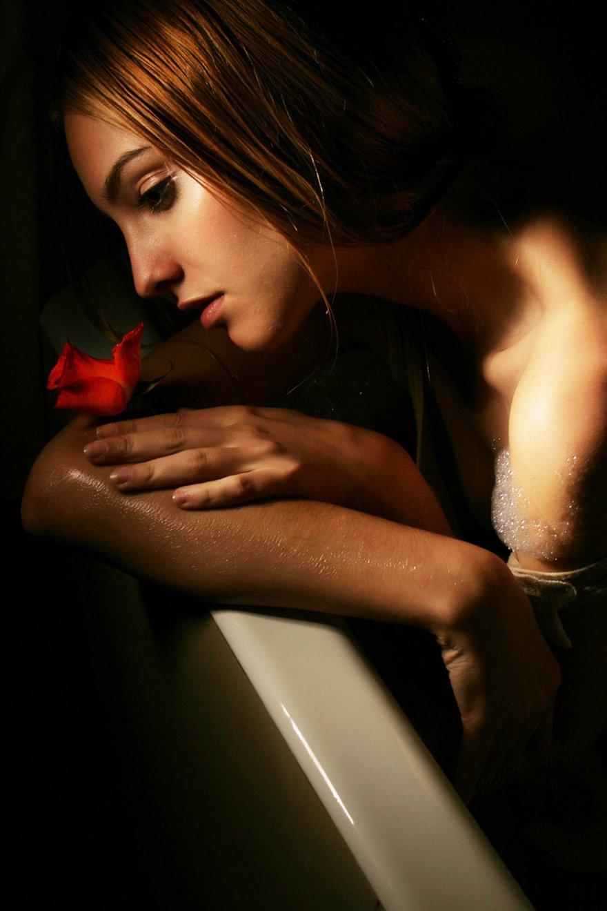 Мадам с розой фотографируется в ванной