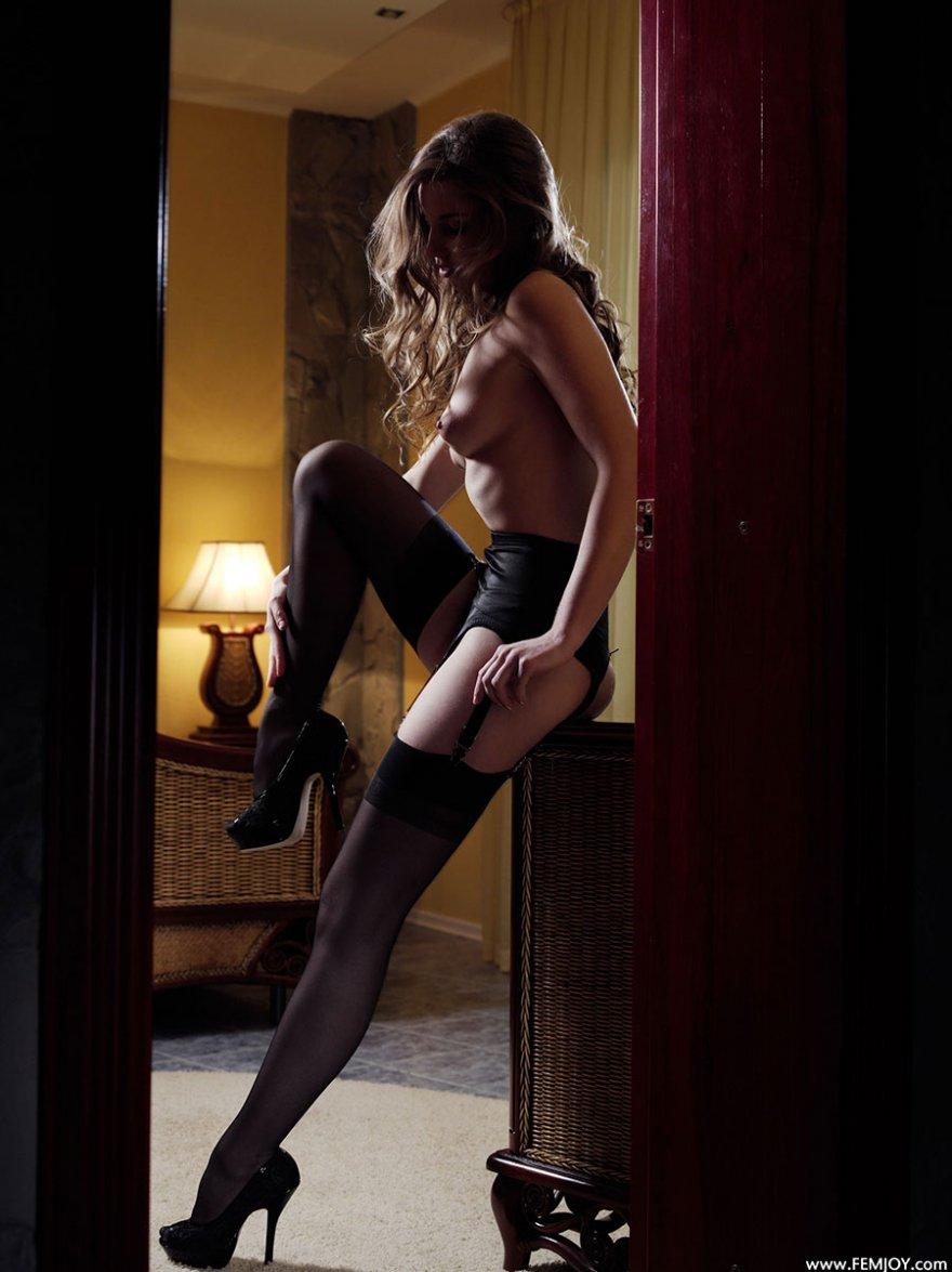 Фото красивой блондинки в чулках с поясом