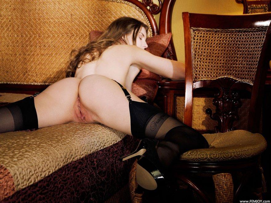 Картинках привлекательной блондинки в гетрах с поясом