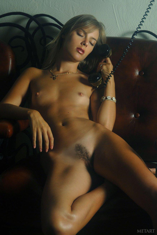 Загорелая блондинка с телефоном