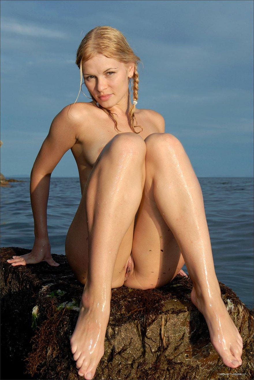 Блондинка в мокрой майке купается в море