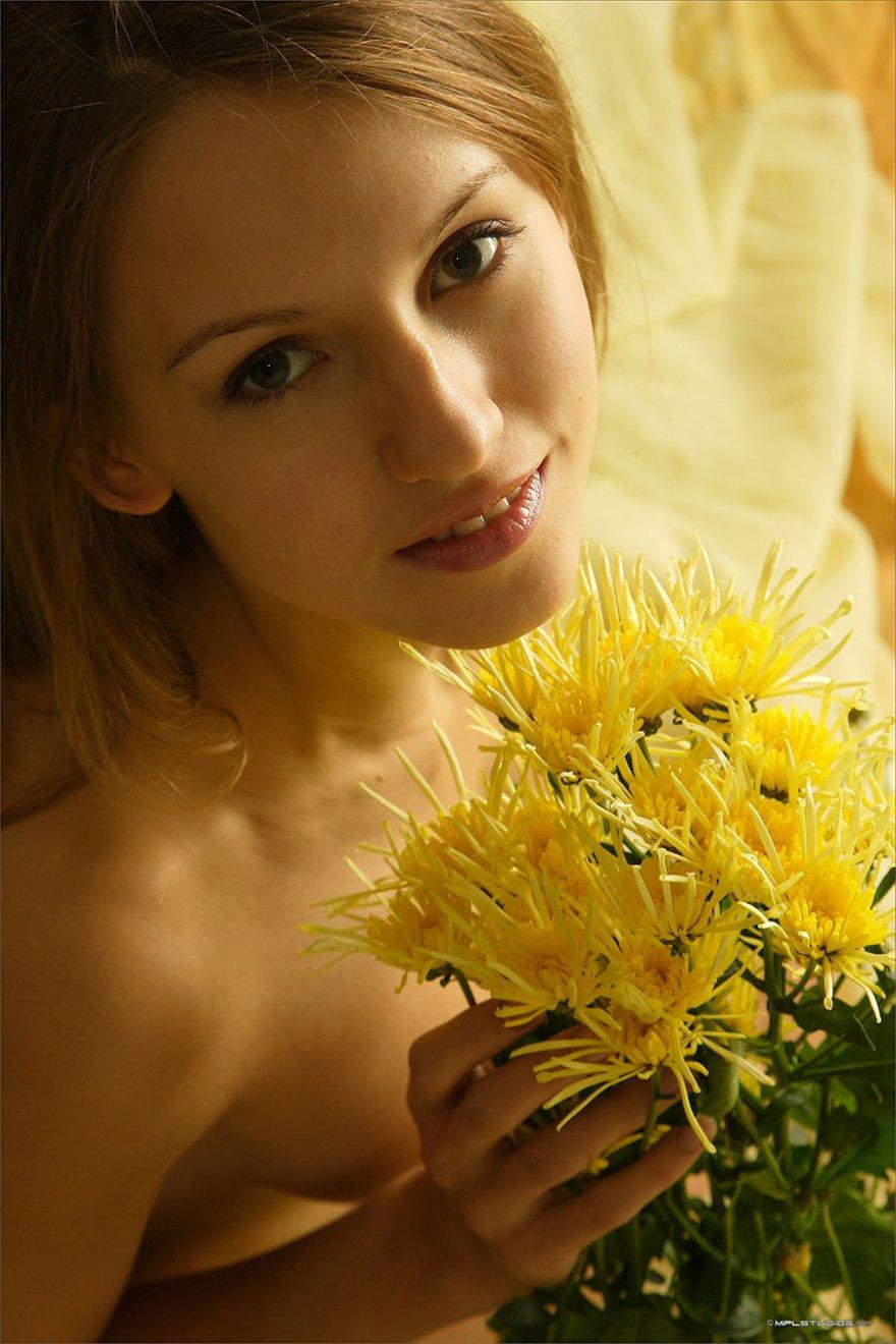 Баба с желтыми цветами
