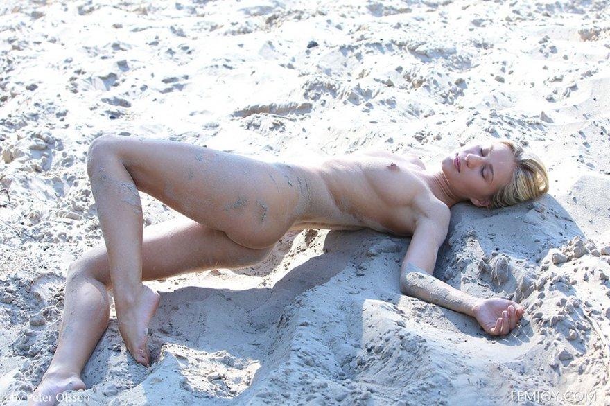 Голая блондинка на белом песке