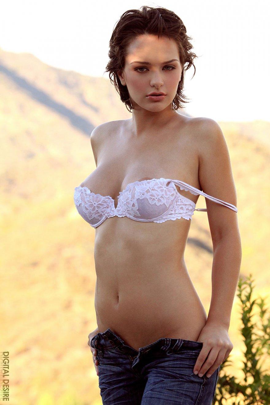 Красивая голая девушка на скамье