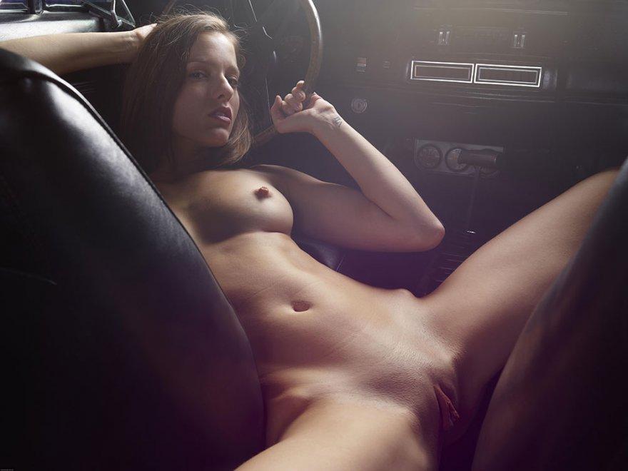 Фото ню обнаженной девушки в авто