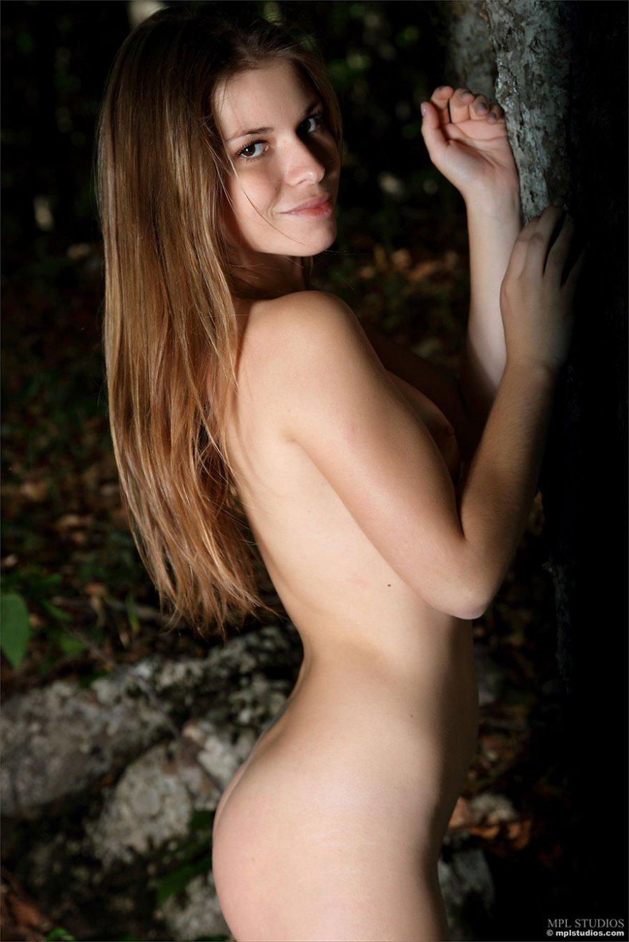 Интим фото обнаженной барышни в темном лесу
