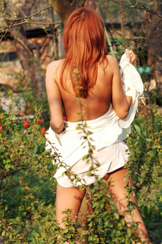 Секс фото рыжей красавицы в лесу смотреть эротику