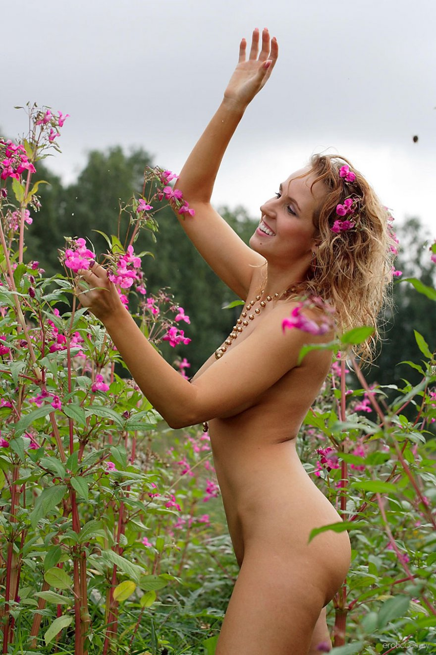 Фото ню сексуальной блондинки с красивыми сиськами