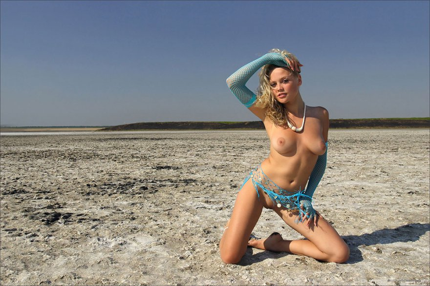Секс фото возбужденной блондинки на песке